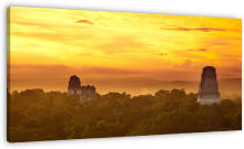 Maya Sunrise wanddecoratie. Sunrise over Maya ruins in Tikal, Guatamala.